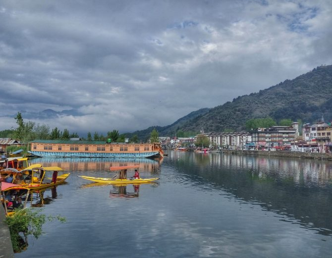 Traveling solo in Kashmir: touristy Srinagar and an off the beaten track jewel – Naranag village